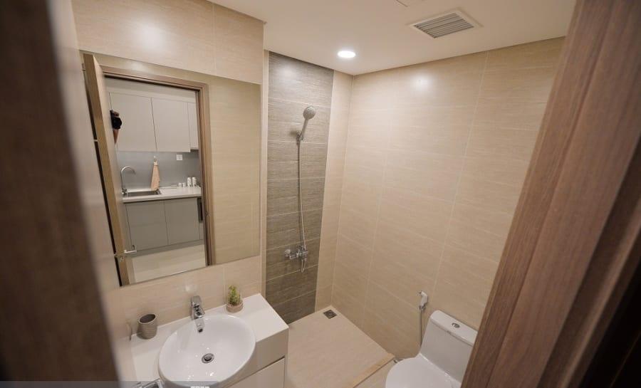 Nhà tắm được thiết kế khá rộng rãi với vòi tắm đứng, gương, gương, bồn rửa, bồn cầu...