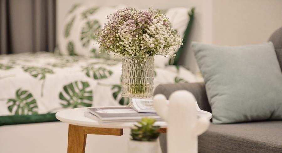 Góc trang trí với chậu hoa tươi đơn giản