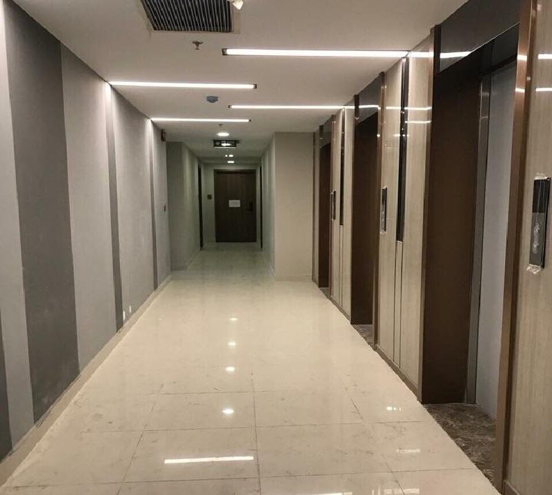 Hành lang được hoàn thiện với hệ thống đèn chiếu sáng, cửa thoát hiểm, thang máy cao cấp và các ô thoát khói.