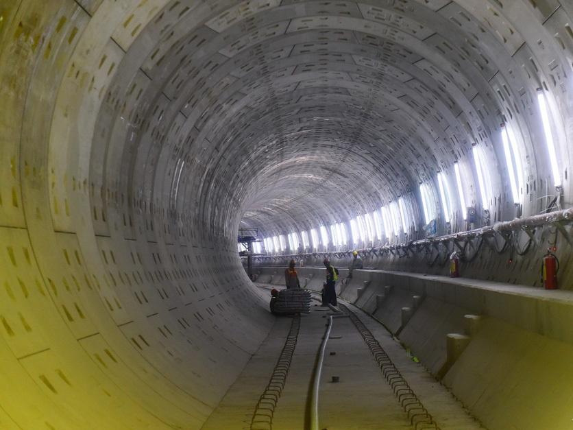 Bên trong đường hầm metro tại tầng B1 của nhà ga Nhà hát TP hướng về nhà ga Bến Thành