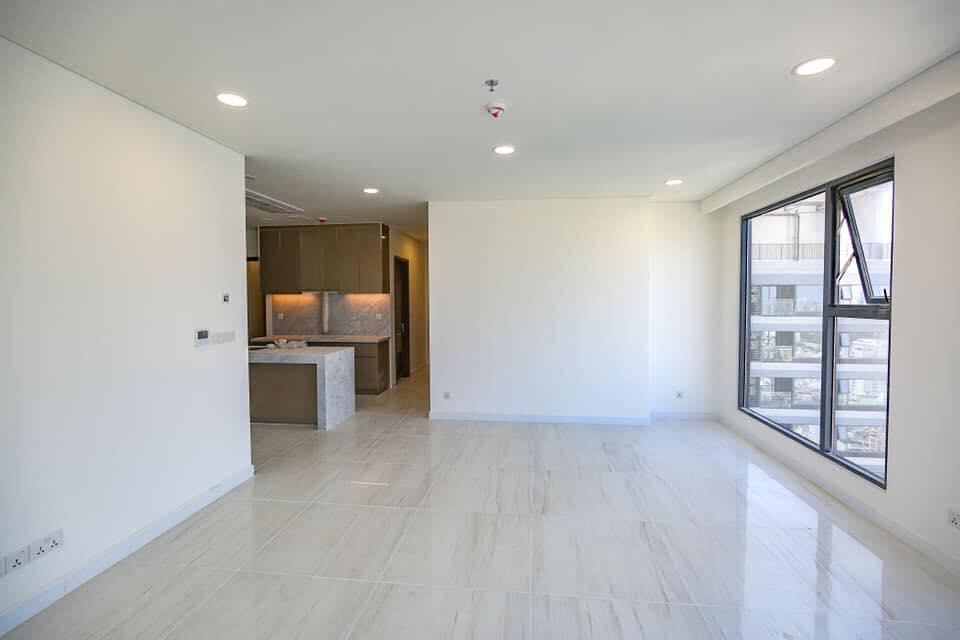 Không gian phòng khách với cửa sổ lớn tại căn hộ Kingdom 101