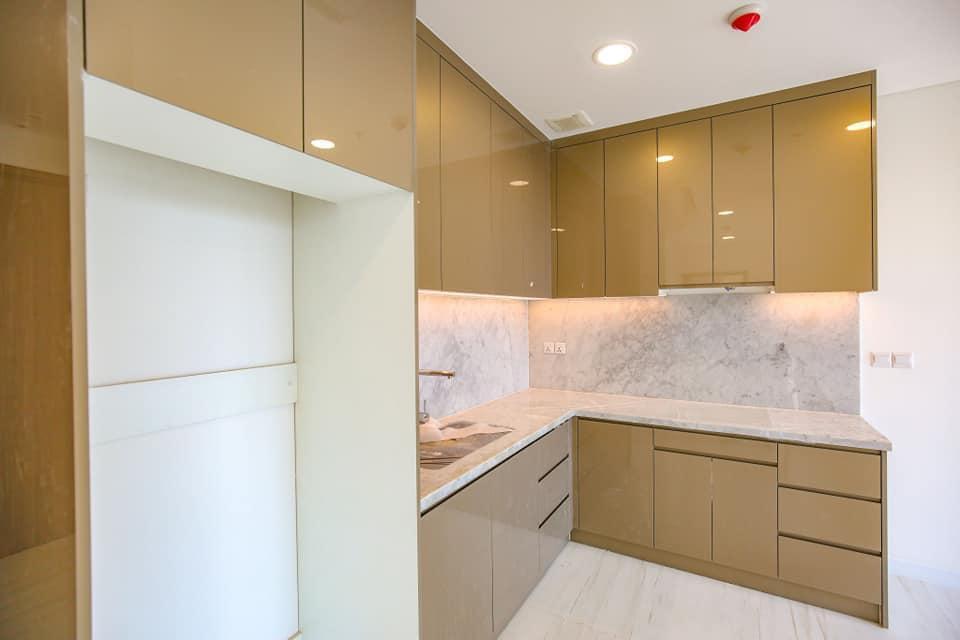 Khu vực bếp được bố trí đầy đủ tủ bếp, máy hút mùi, bồn rửa