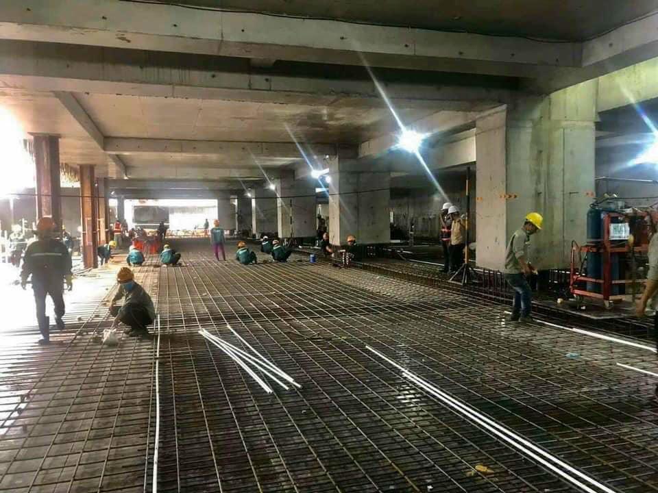 Các công nhân đang làm việc để đảm bảo đúng tiến độ The Grand Manhattan.