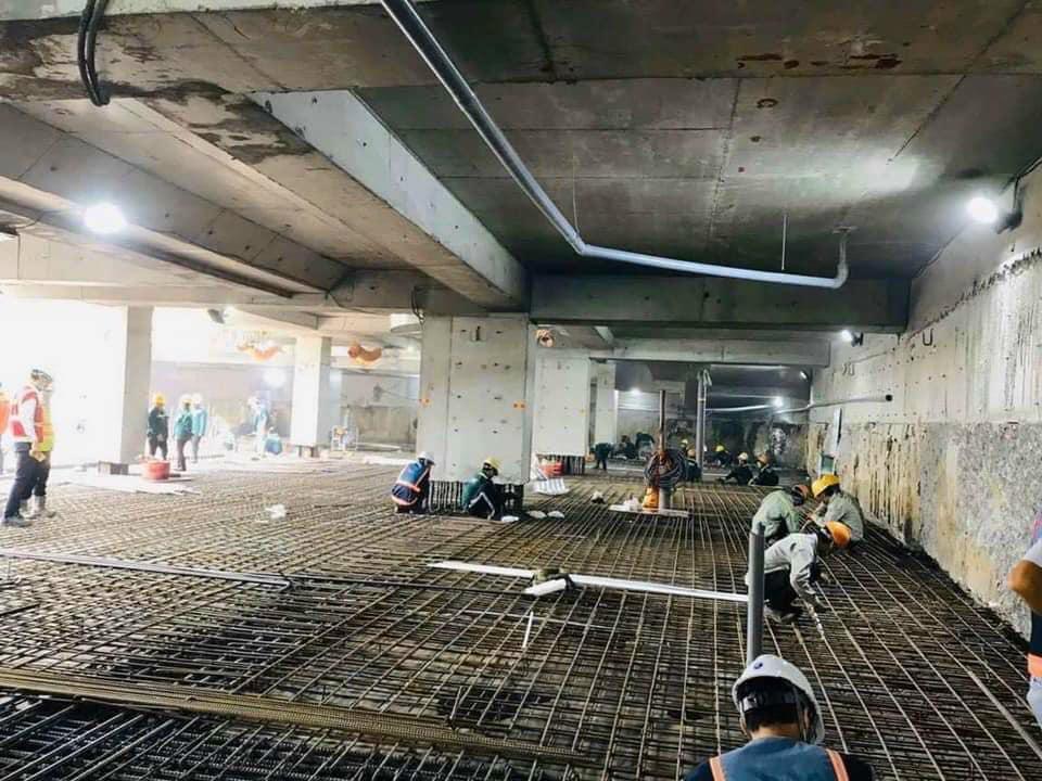 Các công nhân đang làm việc để đảm bảo đúng tiến độ dự án The Grand Manhattan.