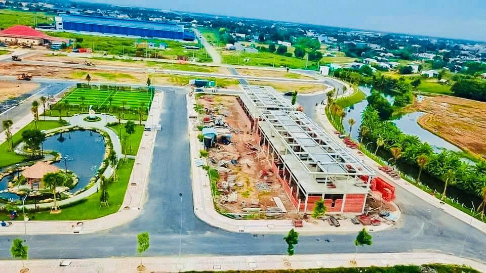 Dãy nhà phố view kênh đào cũng đã xây dựng hoàn thiện được 90% tiến độ