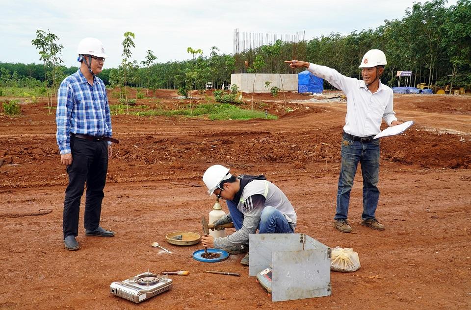 Kỹ sư lấy đất sau khi đã lu nền để kiểm định chất lượng độ chặt của nền đường.